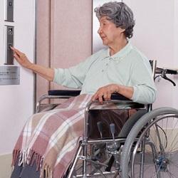 車椅子に乗る要介護者